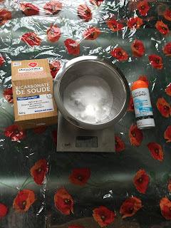 Ingrédients pour réalisation de la neige artificielle, bicarbonate de soude et mousse à raser