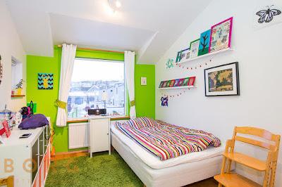 dekorasi kamar tidur anak diruang sempit dengan plafon miring