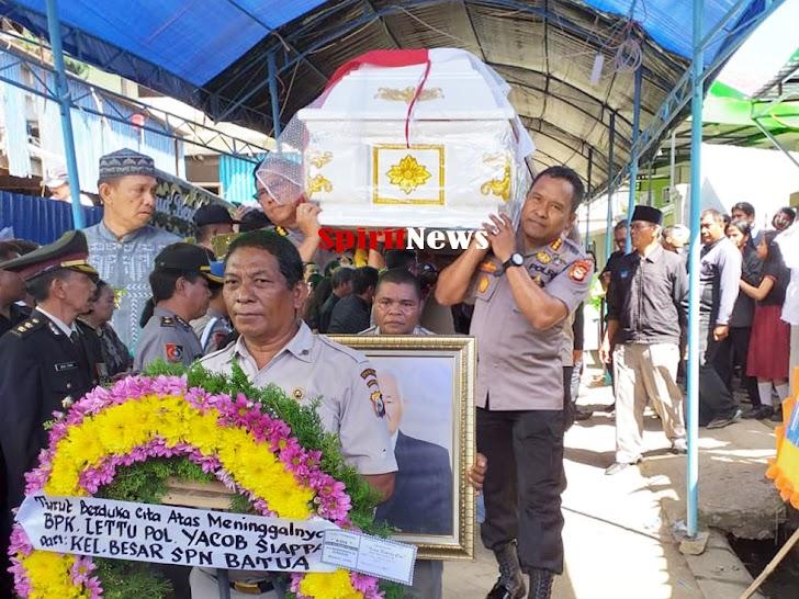 Irwasda & Karo Ops Polda Sulsel Ikut Memanggul Peti Jenazah Purnawirawan Polri Lettu Yacob Siappa