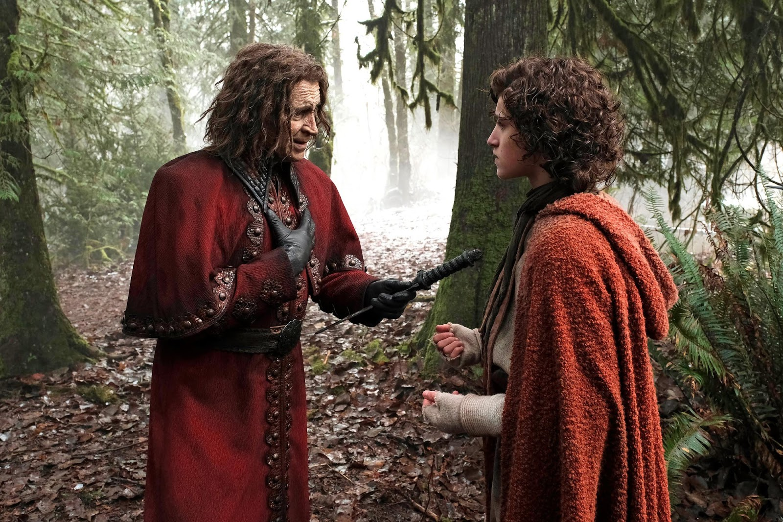 Rumplesltiltskin dándole su daga a Bae en 'Once Upon a Time'