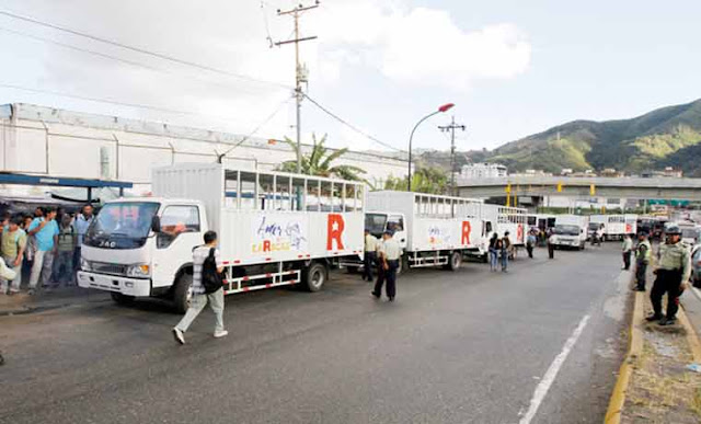 """Camiones """"perrera"""", la humillante solución de Erika Farías al problema del transporte en Caracas"""