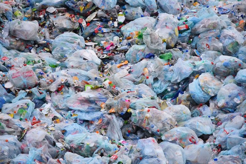 Resíduos plásticos num aterro