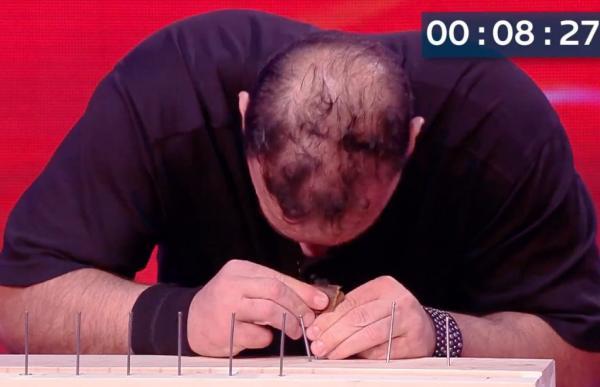 Inchioda 38 chiodi con la testa in due minuti: record del mondo