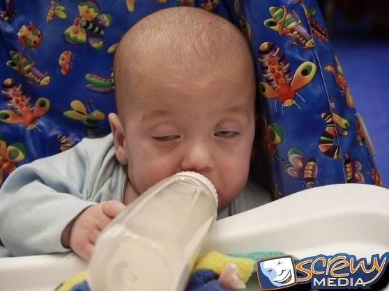 Gambar Lucu Deh Bayi Mabuk Susu