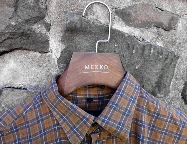 pánské košilové ramínko z bukového dřeva MEKKO