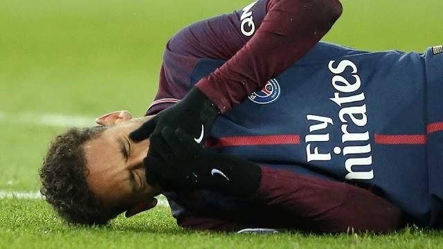 Neymar machuca tornozelo e sai chorando de campo