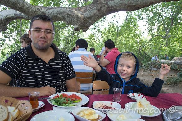 Bursa'da 600 yıllık koca çınarın altında kahvaltı ederken oğlumun keyfine diyecek yoktu, İnkaya