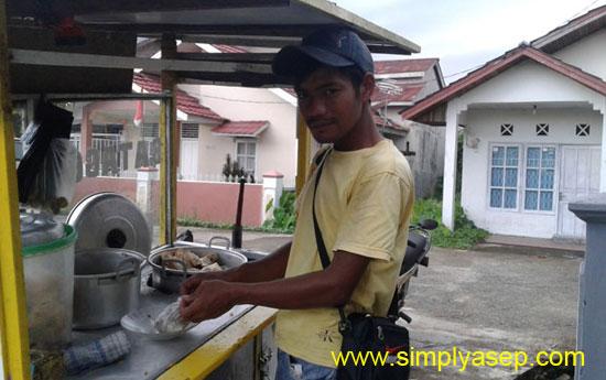 JUALAN : Kang Dedy saat menggelar jualannya melayani pelanggan setianya (28/8).  Foto Asep Haryono