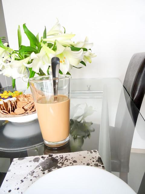 Bloggaaminen | Valkoisia liljoja | Kattaus | Pääsiäinen