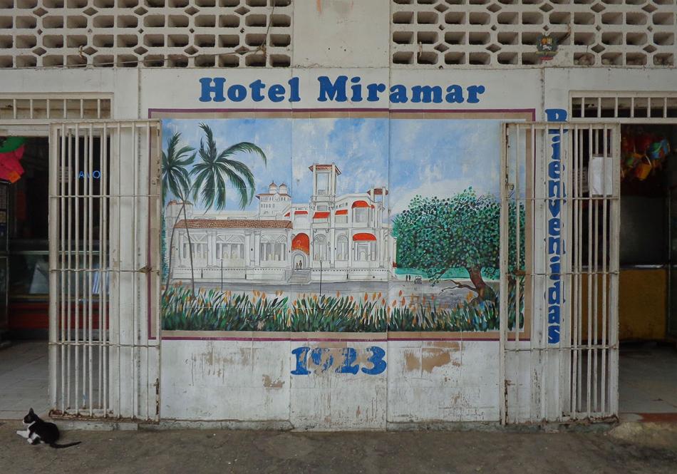 Fotografía de mural en el boulevar de Macuto