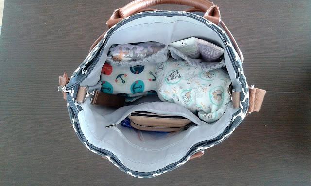 Torba pielęgnacyjna wraz z zawartością. Co mieć w torbie pielęgnacyjnej. Jak wyposażyć torbę pielęgnacyjną. Rzeczy najważniejsze w pakowaniu torby pielęgnacyjnej: Pieluszki tetrowe/flanelowe/ bambusowe. 2 Cieplejsze ubranka 3. Pieluszka. 4. Chusteczki nawilżane 5. Smoczek.6. Zabawki. 7. Kremy z filtrem 8. Chusteczki higieniczne 9. Okulary przeciwsłoneczne. 10. Pomadka do ust. 11. Sztyft od obtarć i plastry.12. Portmonetka.  13. Telefon