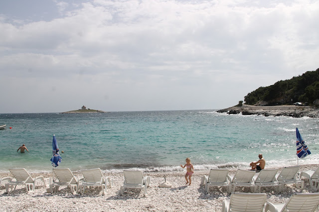 Hvar Kroatia pikkukiviranta aurinkotuolit