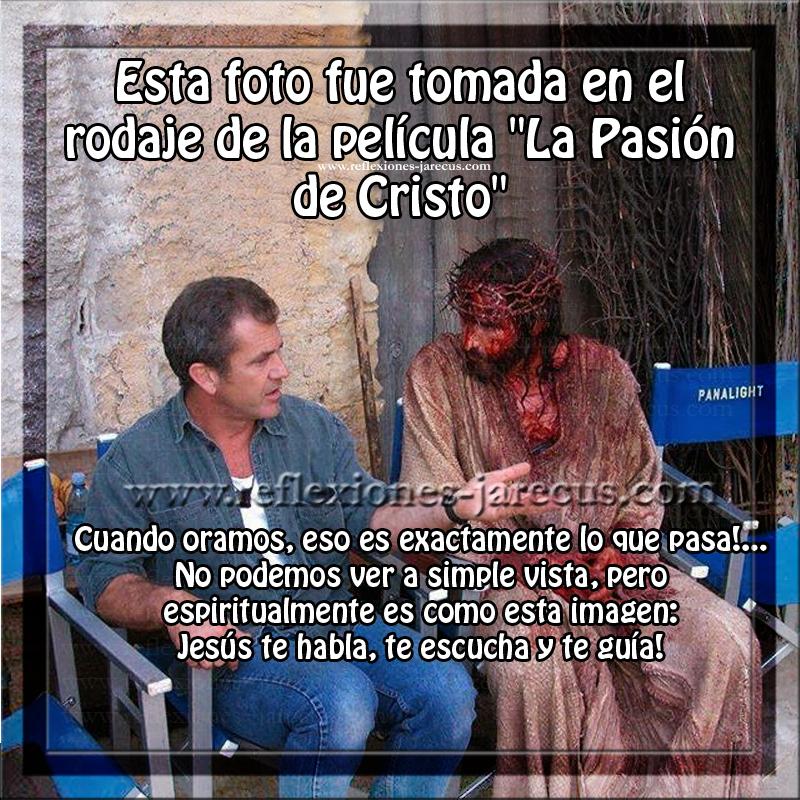 """Esta foto fue tomada en el rodaje de la película """"La Pasión de Cristo"""". En la foto, Mel Gibson habla con el actor Jim Caviezel. Pero si nos fijamos en la imagen de una manera ESPIRITUAL, ves que fuerte es??..."""