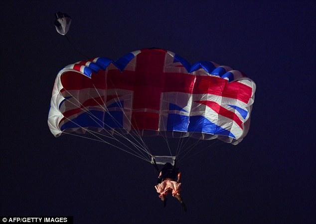 Елизавета прыгнула с парашютом в 86 лет