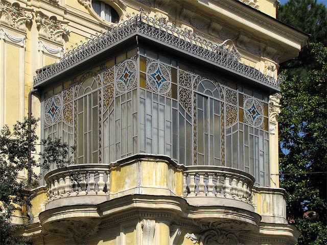 Ornate eranda, closed balcony, Via Piemonte, Rome