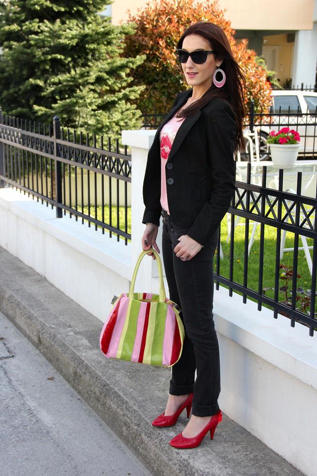 pink bluza crvene cipele crni sako crne farmerke
