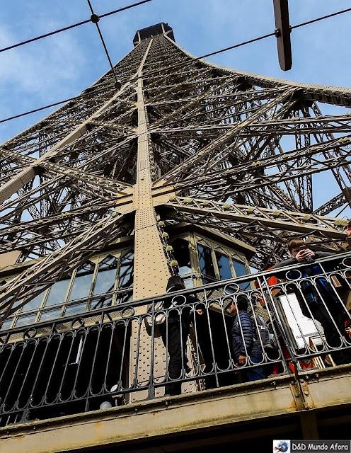 Olha o topo lá em cima!!! Como visitar a Torre Eiffel
