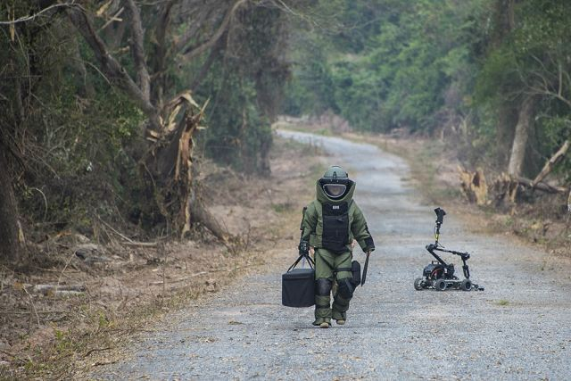us army explosive ordnance disposal technicians deployed to explosive ordnance disposal mobile unit eodmu 5 from eodmu 3 conduct counter improvised