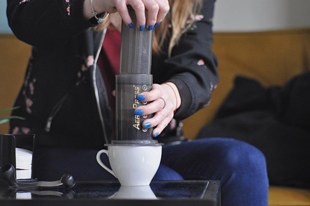 Robienie kawy w Aeropressie