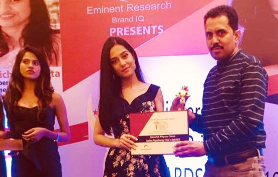 Actress Amrita Rao gave Leading Physiotherapist Award to Dr. Vinod Kaushik, Faridabad