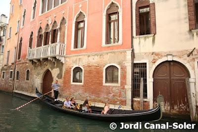 Góndola frente a la casa de Marco Polo en Venecia