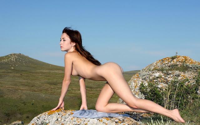 Голая, молоденькая, девушка, тело, грудь, спина, попа, ножки, поза, на коленях, камень, трава, горы, природа