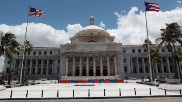 Puerto Rico vota sobre su estatus político en medio de crisis