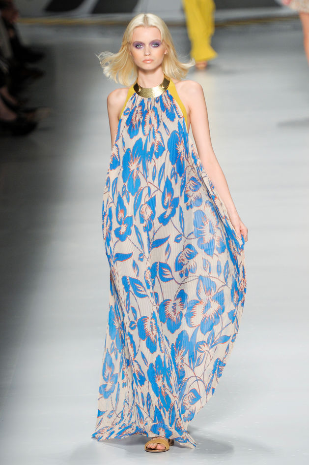 28bf7c863e Na lato 2011 modne będą w tym sezonie długie sukienki ( które były modne w  latach 70 ).Sukienki w kwiaty od samego dołu aż do góry są śliczne można w  takiej ...