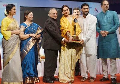 Rekha-receive-smita-patil-award-photo01