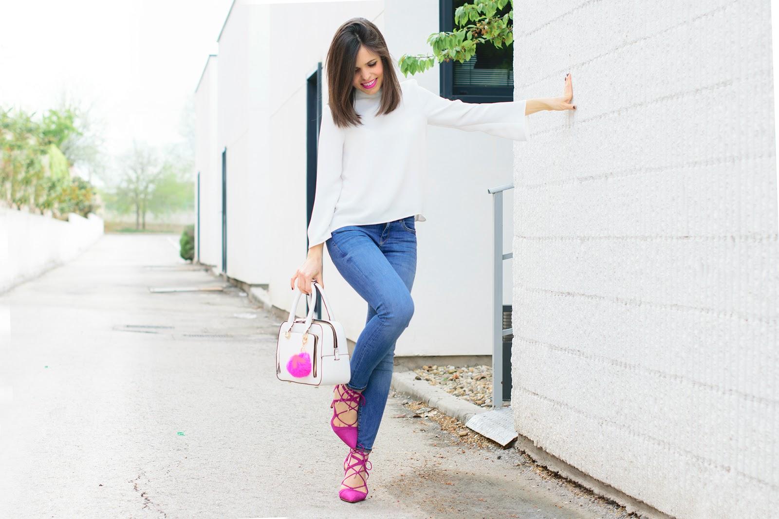 Look con jeans y sandalias fucsias de Zara