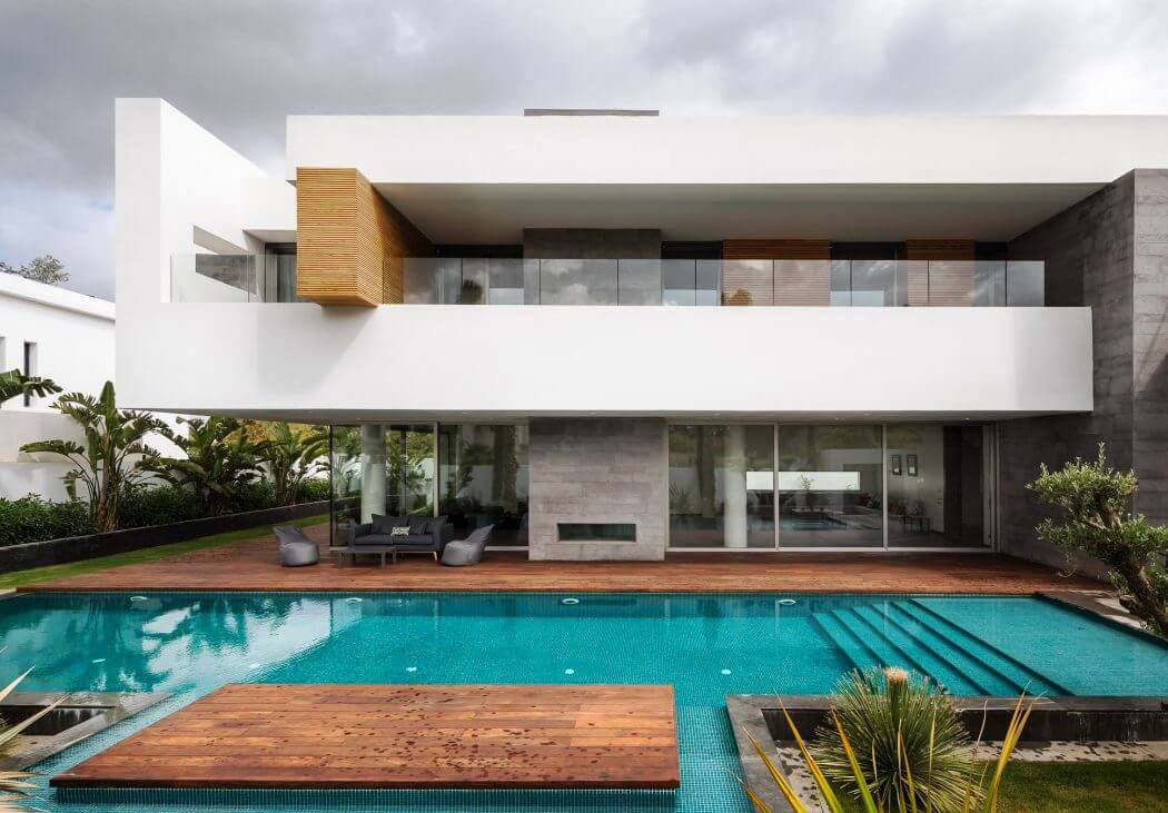 Desain Rumah Mewah 2 Lantai Tampak Depan dengan Kolam Renang