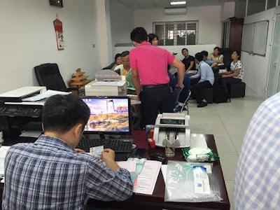 Ông Nguyển Anh Tuấn (Chủ Đầu Tư Minh Đại Lộc)  đang hướng dẫn cùng các chủ căn hộ ký HĐ công chứng