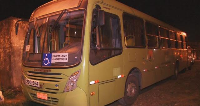 Trio assalta ônibus após passar em barreira policial