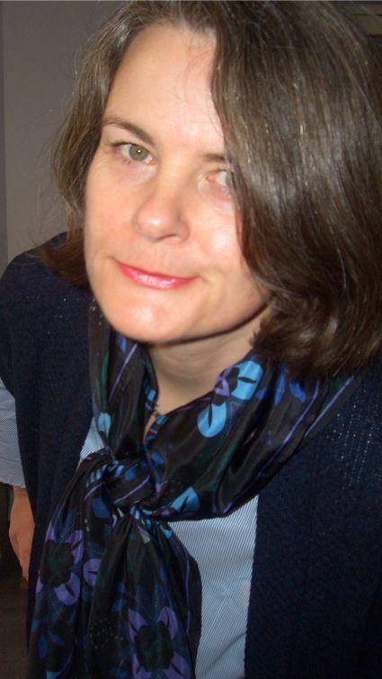 Bluse mit Trompetenärmeln in Hellblau zu Lila und Dunkelblau kombiniert