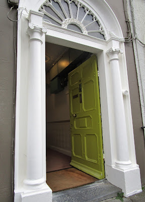 vaaleanvihreä ovi