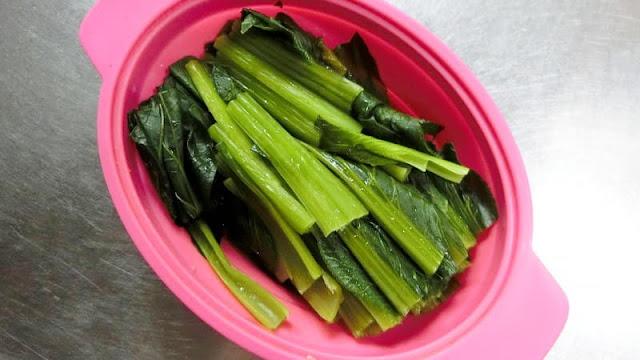小松菜を5cm長さに切り、電子レンジで加熱する