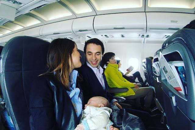9 consejos para volar con un bebé dos españoles por el mundo