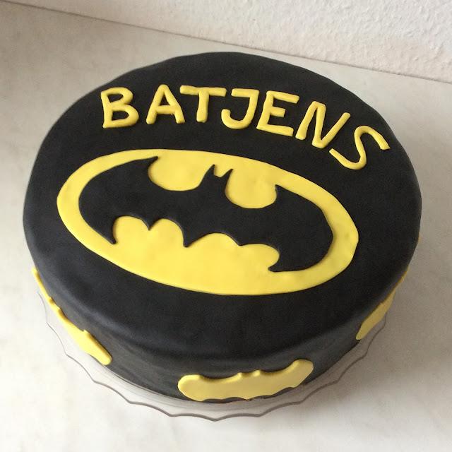 Nun ist die Batman Torte fertig! - Aber Vorsicht, sie ist gut schwer ...