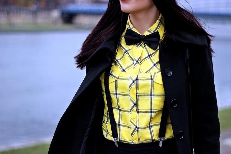 mucha i szelki stylizacja damska Kraków melonik moda z Krakowa żółta koszula w kratę