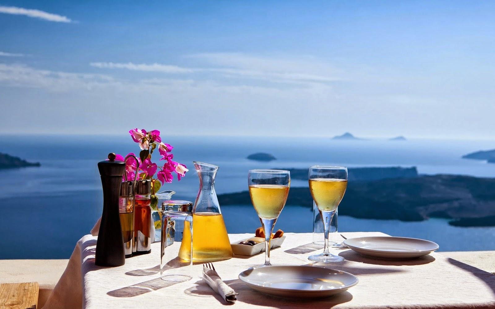 Tafel met drinken en uitzicht over zee