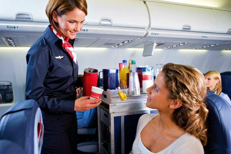 Uçak menüsü çoğunlukla koltuk ceplerindedir, görevlilere sorarsanız ummadığınız bir cevap alabilirsiniz.