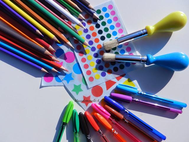 Crayons de couleurs, gommettes, pinceaux enfants, stylos billes colorés