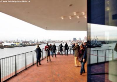 Elbphilharmonie Hamburg, Blick von der Plaza in Richtung Hafen