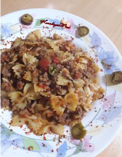 1 paket kelebek makarna (500 gr) 250 gr kıyma 3 çorba kaşığı zeytinyağı 1 adet kabak 2 adet domates  2 adet kuru soğan 1 çay kaşığı karabiber 1 çay kaşığı pul biber (arzuya göre) Tuz