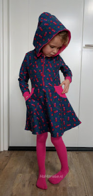 Blij meisje met Foliis jurk Sofilantjes