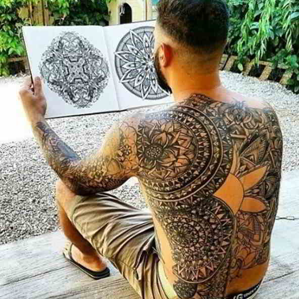 Imagen de un hombre con tatuajes de mandala en la espalda