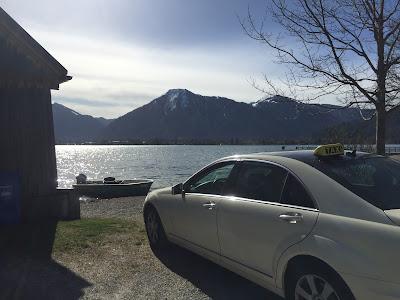 Taxi vor Fischerkahn neben Fischerhütte