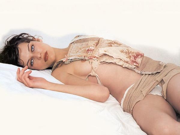 Milla Jovovich la actriz poso ligera de ropa en la image