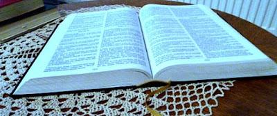 Bíblia Sagrada sobre a mesa. Está escrito: em meu nome expulsarão demônios (Marcos 16.17)