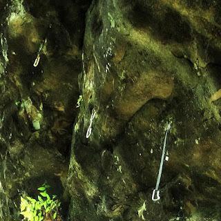 Ganchos de rapel fixados à rocha, na Gruta Nossa Senhora  de Lourdes, em Caxias do Sul.